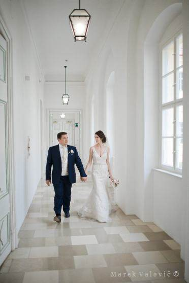 bride and grrom in interiors in Schlosshof