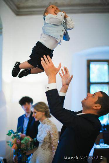 funny wedding moments - flaying kid