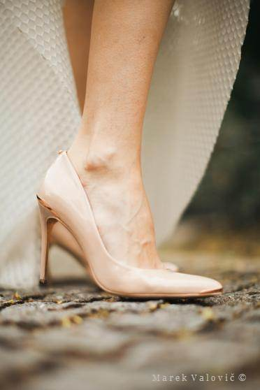 wedding photo - bride's details - creamy shoes