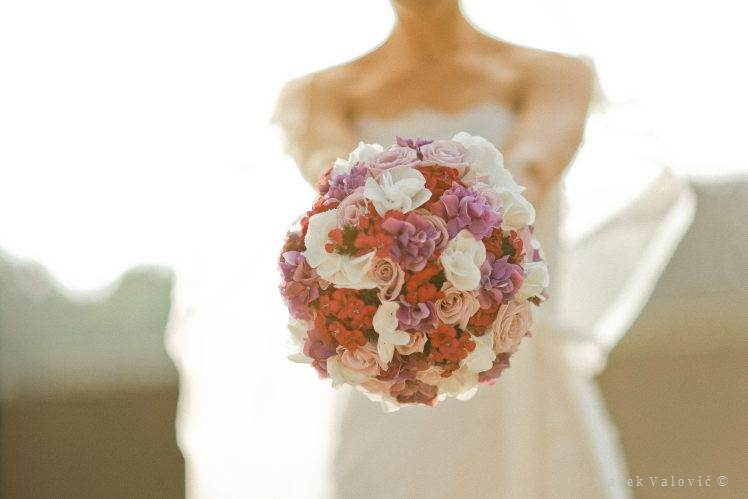 purple red white bouquet and  bride