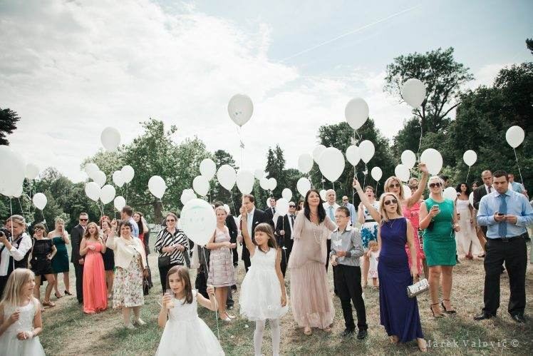 wedding traditions - releasing the balloons Schloss Hetzendorf Vienna