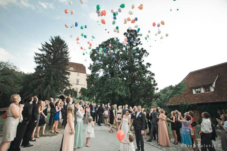 wedding traditions - releasing the balloons Schloss Obermayerhofen