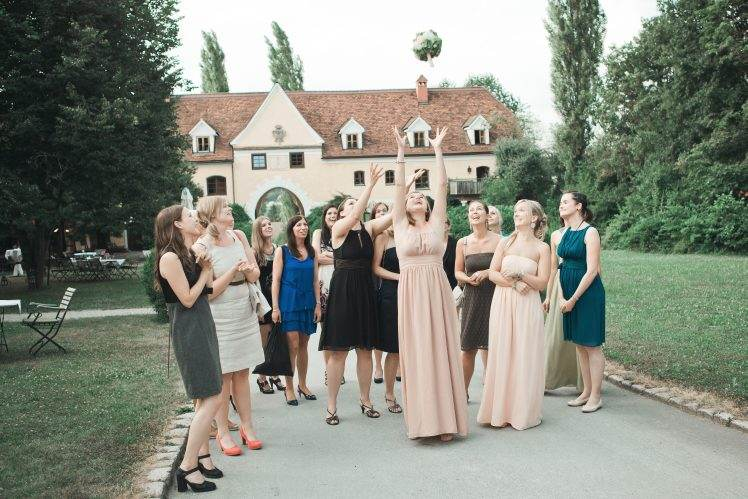 wedding traditions - toss the bouquet - Obermayerhofen