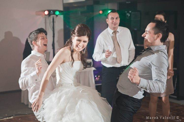 doing fun - wedding dance bride in the middle