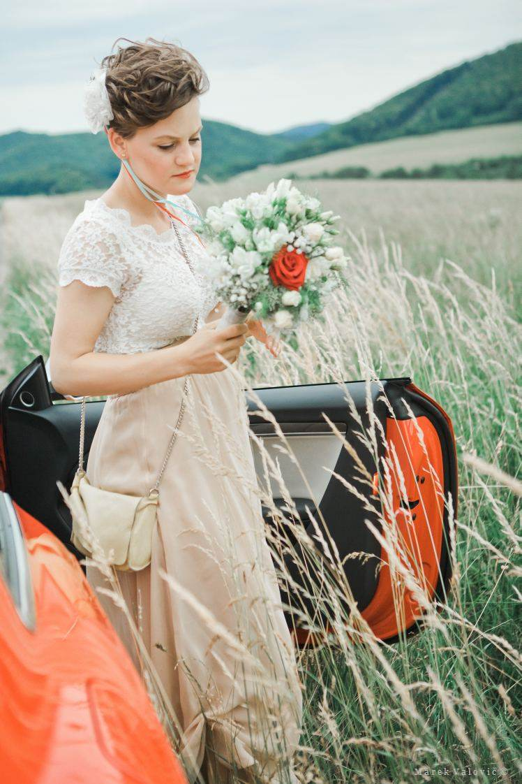 Vintage Bride red car bouquet grass - best wedding photographer