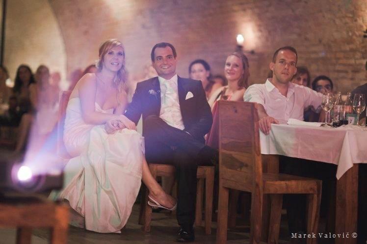 5c205c44d92e Prezentácia fotografií z detstva na svadbe - reportážny svadobný fotograf  zachytí všetko. Ženích fešák model - štýlové hodinky ...